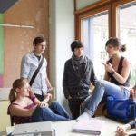 Gruppe von SchülerInnen diskutiert