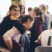 Schulkinder haben Spaß in der Pause im Klassenzimmer. Lachendes Mädchen sitzt huckepack auf einer Freundin.