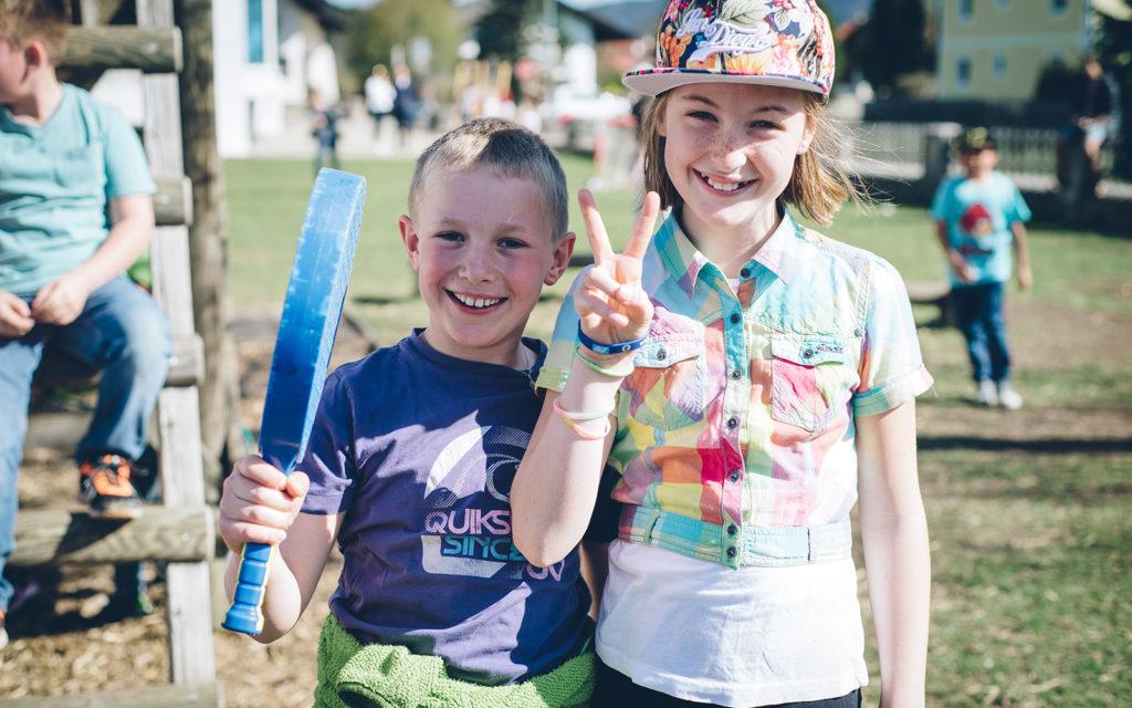 Bub und Mädchen im Park