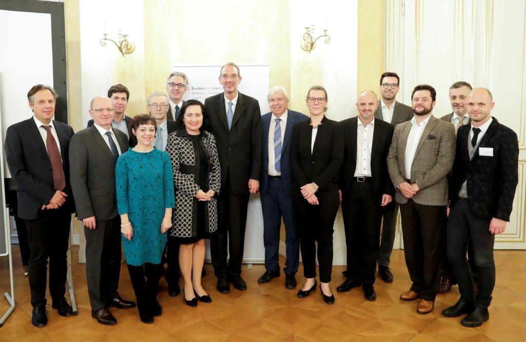 Bildungsdirektoren und -direktorinnen gemeinsam mit BM Dr. Heinz Faßmann und Vertreter/innen des BMBWF
