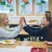 Zwei Mädchen klatschen sich gegenseitig in die Hände