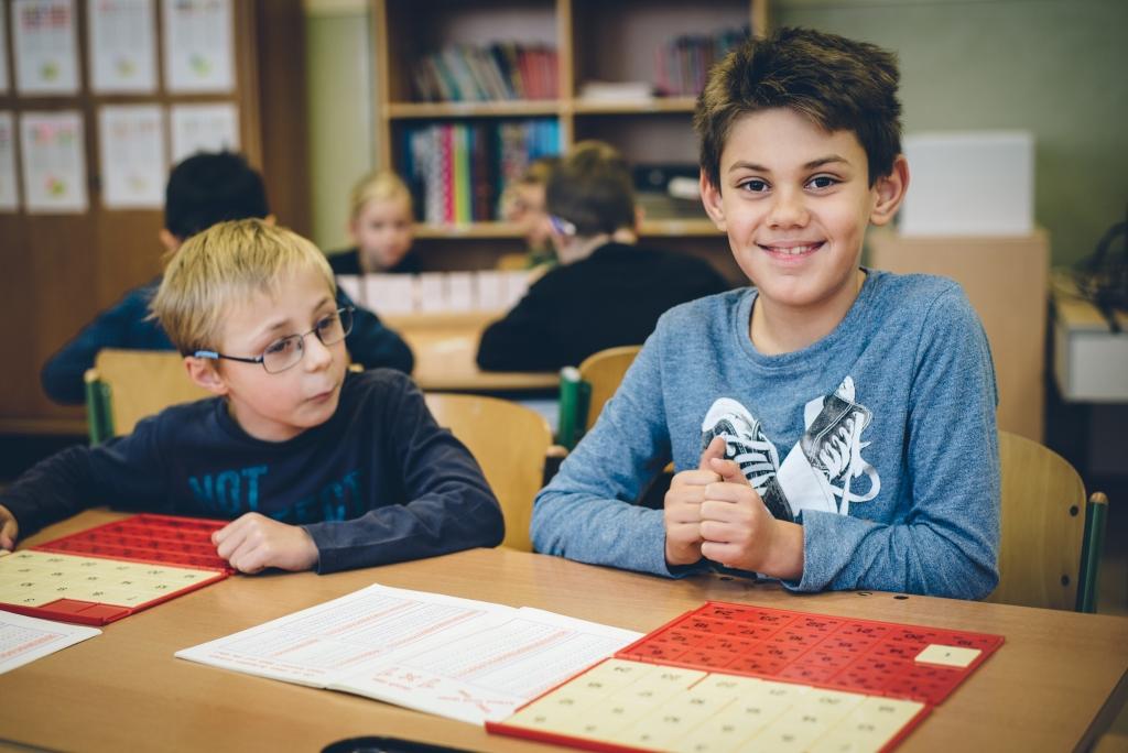 Zwei Burschen vor einer Matheübung