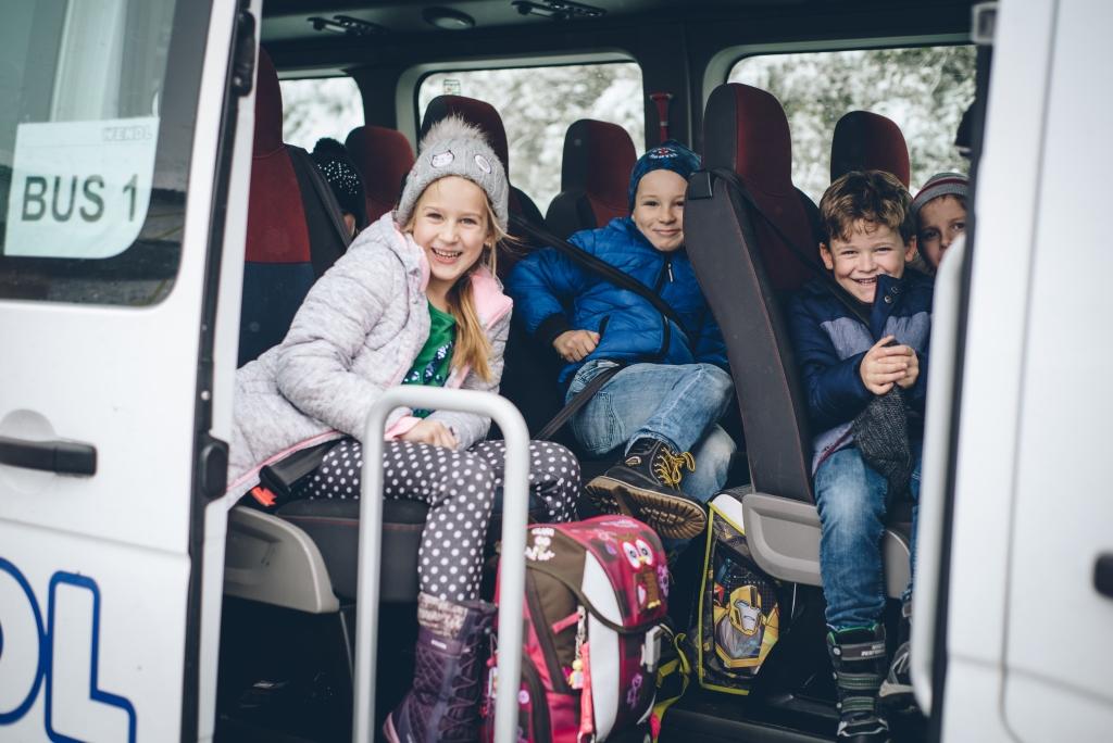 Schulkinder sitzen im Schulbus