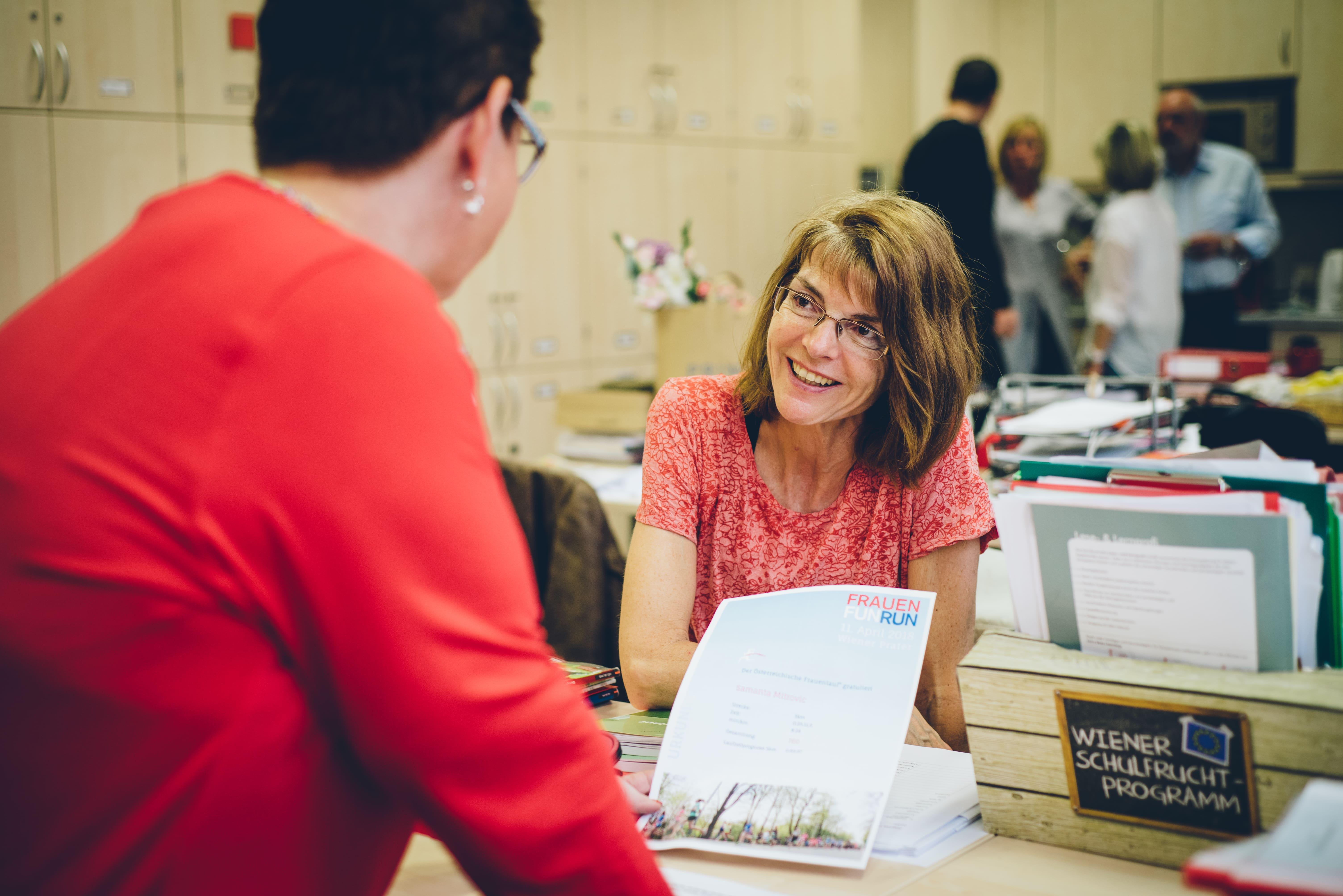 Zwei Lehrerinnen unterhalten sich im Lehrerzimmer