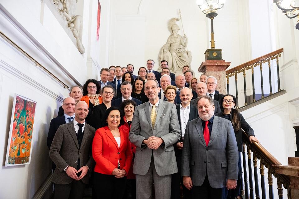 Bundesminister Heinz Faßmann, die Vertreterinnen und Vertreter der Bildungsdirektionen sowie Mitarbeiterinnen und Mitarbeiter des BMBWF stehen auf der Festtagsstiege des BMBWF zum Gruppenfoto.