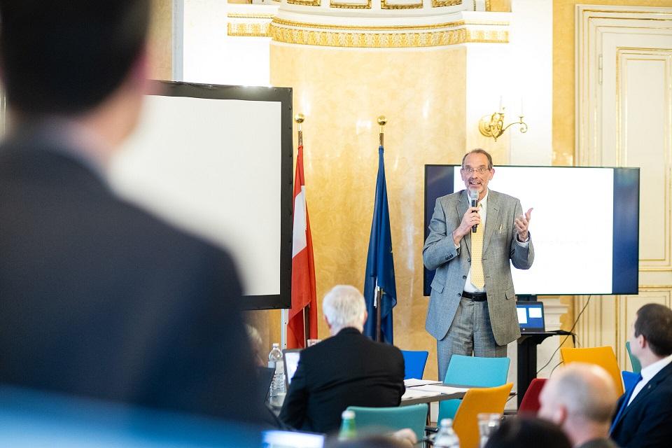 Bundesminister Faßmann spricht vor den Vertreterinnen der Bildungsrektionen und stellt das neue Regierungsprogramm im Bereich Bildung vor.