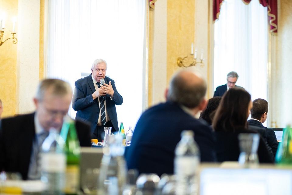 Bildungsdirektor Niederösterreich Heuras wendet sich mit MIkrofon an Bundesminister Faßmann sowie die Teilnehmerinnen und Teilnehmer der Dienstbesprechung.