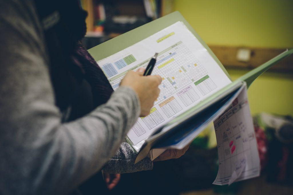 Die Schulleitung organisiert die Lehrer/innenstunden.