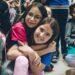 zwei Kinder die sich Umarmen